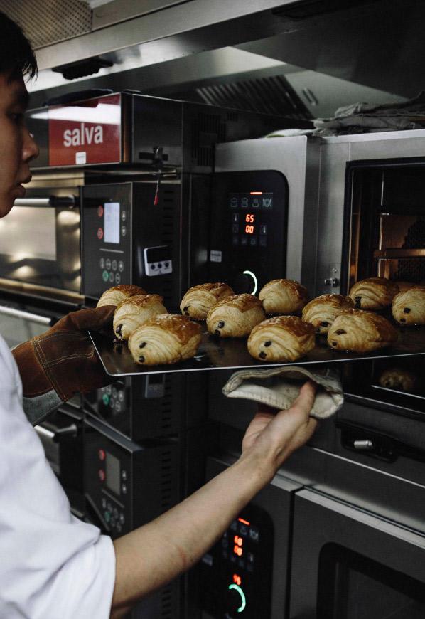Sortie du four des pains au chocolat.